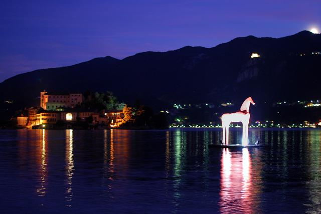 Lago d'Orta con scultura di Mimmo Paladino