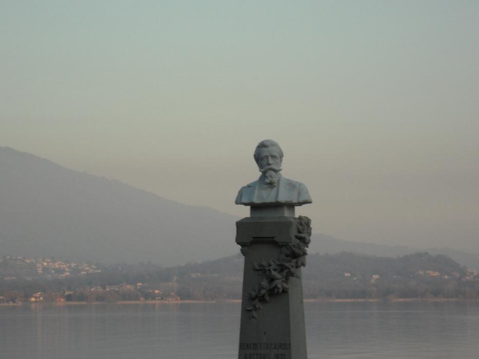 Il busto dedicato a Benedetto Cairoli, a Belgirate