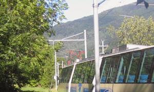 Il nuovo treno panoramico della Vigezzina tra i verdi pascoli della Val Vigezzo